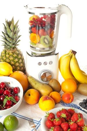 licuados de frutas: Abundancia de frutas en una batidora para hacer batidos Foto de archivo