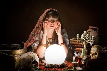 adivino: Adivino de predecir el futuro con una bola de cristal Foto de archivo