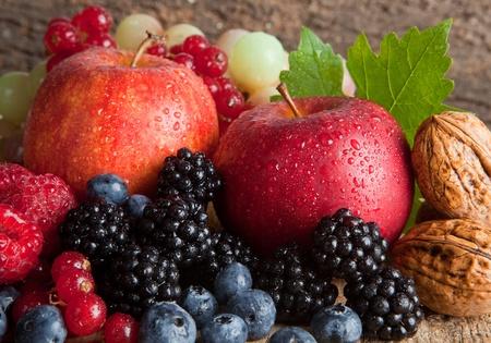 arandanos rojos: Naturaleza muerta de acción de gracias con frutas de otoño, los frutos secos y bayas