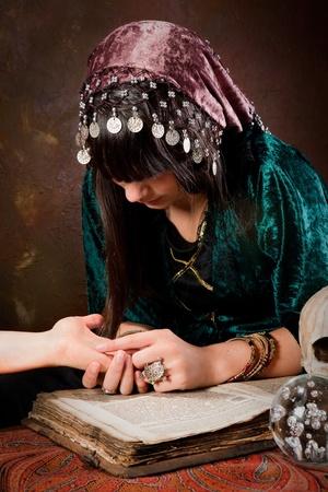 zigeunerin: Junge Palmister Lesen der Zukunft in einer Hand (das Buch ist 300 Jahre alt, keine copyright-Probleme)