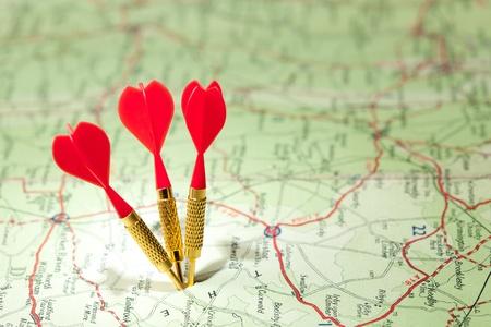 destinos: Hoja de ruta de foco superficial con tres dardos rojos Foto de archivo