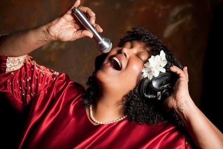 hymnal: Negro spirituale cantante gospel a cantare un inno