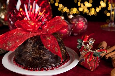 plum pudding: Natale con tavolo da pranzo come dessert budino di Natale Archivio Fotografico