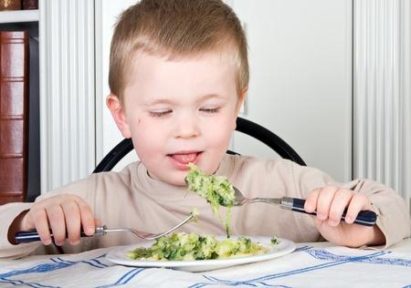 ni�os comiendo: Cuatro a�os de edad, ni�o de negarse a comer sus verduras Foto de archivo