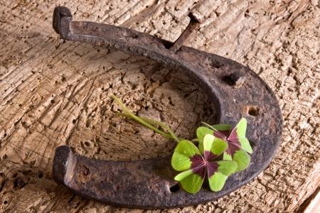 four fourleaf: Ferro di cavallo e trifoglio, simboli d'epoca di fortuna Archivio Fotografico