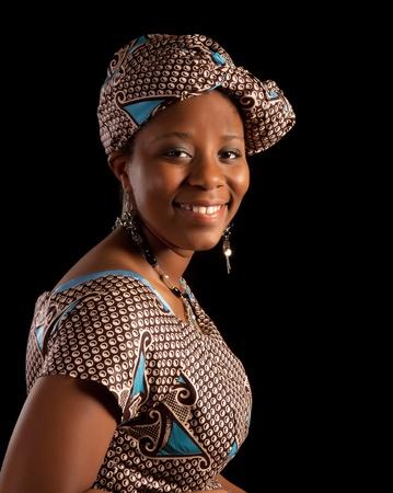 femme africaine: Portrait d'une jeune femme en robe ghan�en traditionnelle africaine Banque d'images