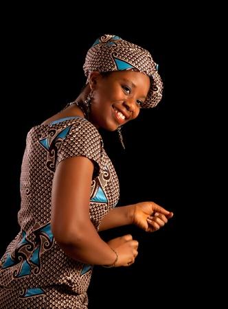 danza africana: Joven y bella mujer Ghanese africano que muestra un baile en su traje tradicional nacional