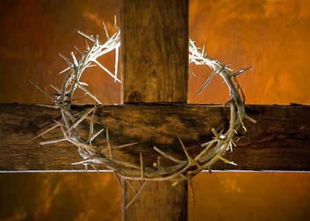 cruz de jesus: Corona de espinas cuelgan alrededor de la cruz de Pascua