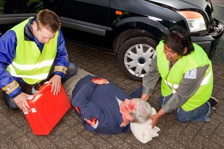 primeros auxilios: V�ctima de accidente de autom�vil, siendo ayudado por los param�dicos (las insignias de manga han sido sustituidos por un logotipo existente no)