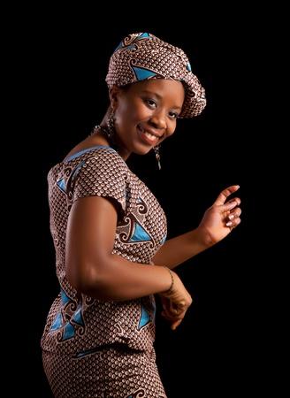 femme africaine: Jeune femme africaine ghanéen montrant une danse dans son costume national traditionnel
