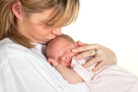 nato: Giovane madre amorevole bacia il suo pelo 18 giorni di et� bambino Archivio Fotografico
