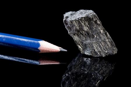 grafite: Pezzo grezzo di minerale roccia carbonio sotto forma di grafite, un allotropo di carbonio, nota per il suo impiego in matite Archivio Fotografico