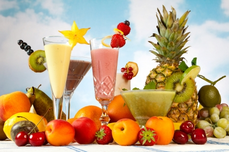 licuados de frutas: Batido de leche o una mesa con un montón de batido de frutas de verano