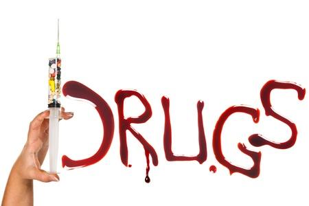 sobredosis: Las píldoras, jeringas y las letras con sangre como símbolo de la adicción a las drogas