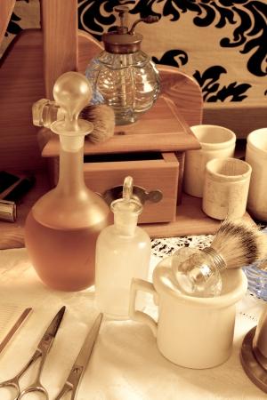 barbershop: Victoriaanse stilleven met antieke kapper tools zoals trimmers en scheermesjes Stockfoto