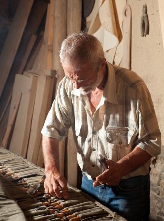 herramientas de carpinteria: Trabajador de la madera calificada la elección de las herramientas para trabajar la madera Foto de archivo