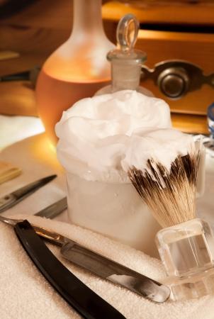 barbeiro: Sab�o de barbear e l�mina de barbear em uma barbearia do vintage Banco de Imagens