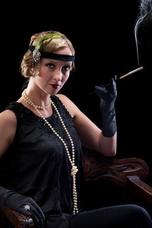flapper: Veinte mujer fumando un cigarrillo con una boquilla Foto de archivo