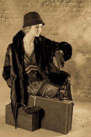 titanic: Femme de cru dans le style vingtaine d'attente pour le train