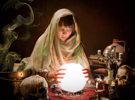 ocultismo: Gitana hermosa joven que lee el futuro en una bola crystral