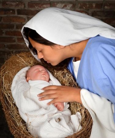 nacimiento de jesus: Vivo pesebre de Navidad recrea en un granero medieval Foto de archivo