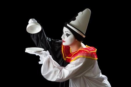 mimo: Sorprendido payaso Pierrot descubrir un plato de bandeja vacía