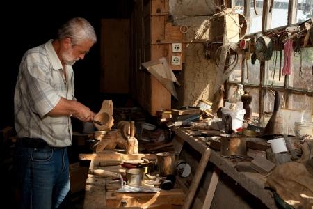 artesano: Luz del sol de verano brilla a través de una ventana de un viejo galpón de carpintería