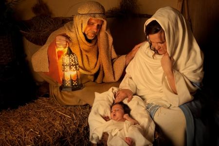 nacimiento de jesus: Living pesebre de Navidad recrea con un verdadero 18 d�as de edad del beb� Foto de archivo