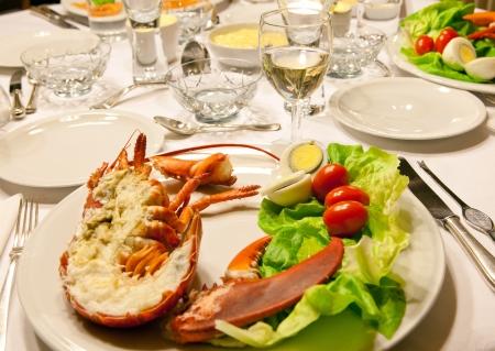 신선한 랍스터 샐러드와 고급 저녁 식사 테이블