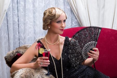 flapper: Vintage lady a�os veinte con c�ctel y abanico de encaje