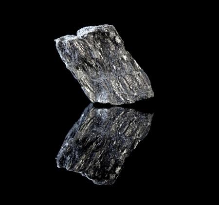 grafito: Rough pedazo de roca mineral de carbono en forma de grafito, conocido por su uso en l�pices