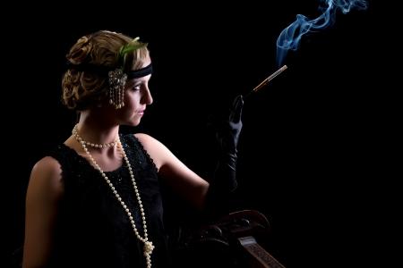 flapper: Fumar cigarrillos dama vestida con vestido flapper en estilo a�os veinte