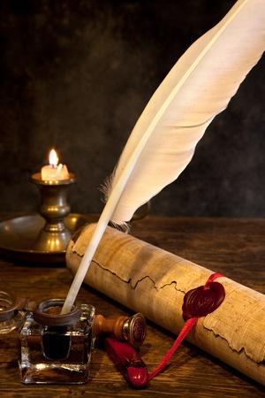 Pergamino antiguo o diploma desplazarse con sello de la cera y pluma