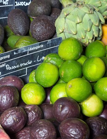 greengrocer: Frutas ex�ticas que se exhiben en una verduler�a con precios europeos y no los nombres de marca