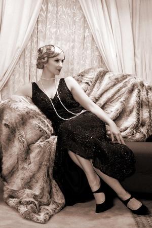 flapper: Recreaci�n de una escena de la vendimia con una se�ora en la rugiente estilo a�os veinte