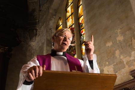 Vicar praten op zijn preekstoel in een 17e-eeuwse oude kerk Stockfoto