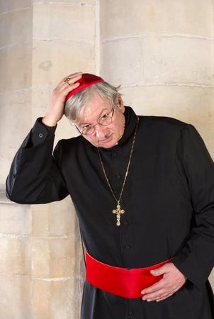Kardinaal met zwarte soutane en rode Zucchetta of keppeltje