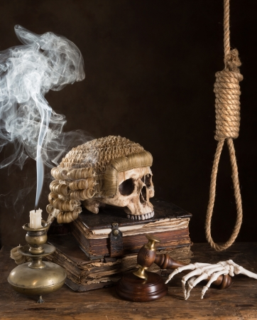 martillo juez: S�mbolos de sentece muerte con peluca juez y lazo Foto de archivo
