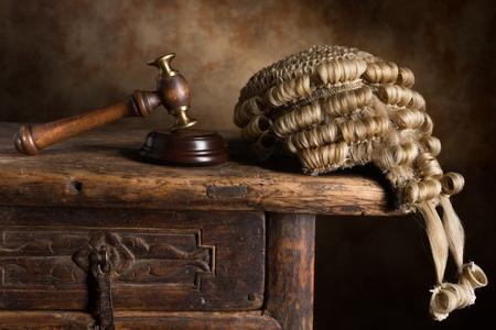 martillo juez: Peluca de la corte del juez y un martillo o mazo