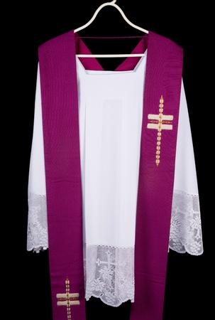 Wit priester toga en paarse stal zo gedragen tijdens belijdenis en massa Stockfoto