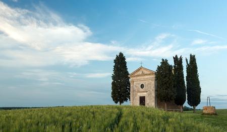 cappella: Cappella di Vitaleta en Toscana, una peque�a capilla y cipreses cerca de Pienza Foto de archivo