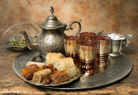 marocchini: Vassoio del t� orientale e biscotti simboleggiano ospitalit� marocchina