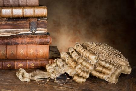 アンティークの古い書籍やメガネと弁護士のかつら
