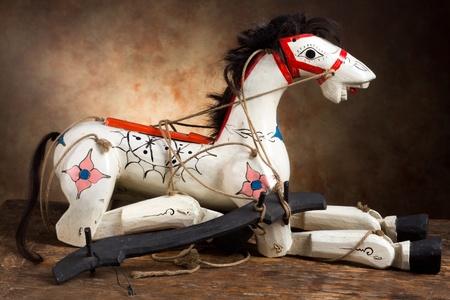 marioneta de madera: Muy viejo caballo de madera antigua con sus cuerdas de marioneta originales