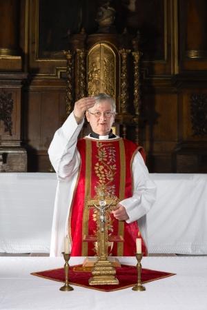 제사장은 17 세기의 인테리어와 중세 교회에서 가톨릭 질량 동안 지역 사회를 축복 스톡 콘텐츠
