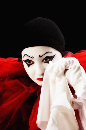 mimo: Mime actor vestido como Pierrot llorando con un pa�uelo