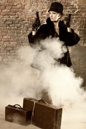 titanic: Dame dangereuse avec un revolver de porter des v�tements de style vintage titanesque