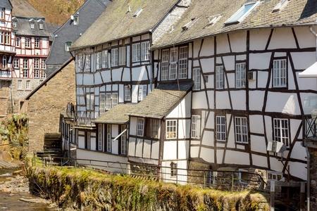 molino de agua: Ver en el centro del pueblo Monchau en la región de Eifel de Alemania