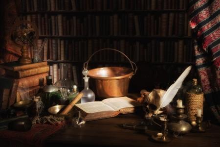 wiedźma: Halloween sceny średniowiecznej kuchni alchemika lub laboratorium