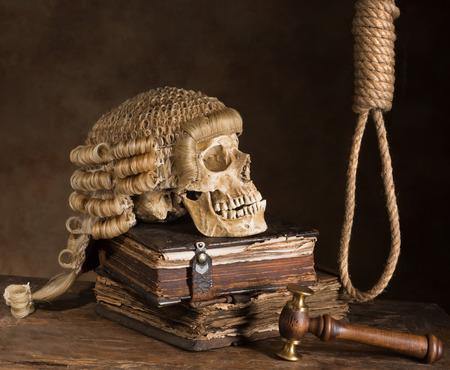 sentencia: Noose y la peluca del juez que simboliza la pena de muerte